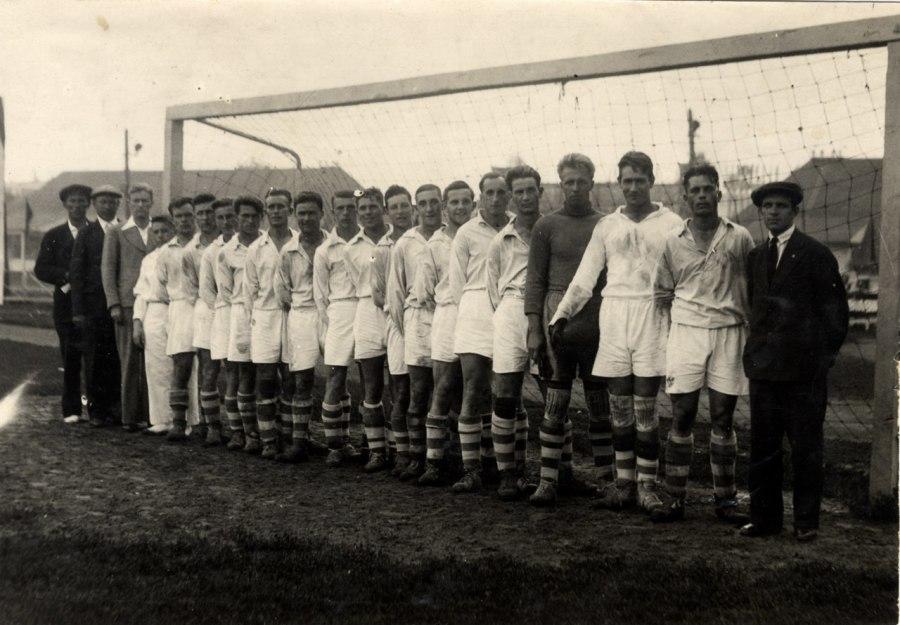 1935 год. Команда Московско-казанской железной дороги. Лавров девятый справа