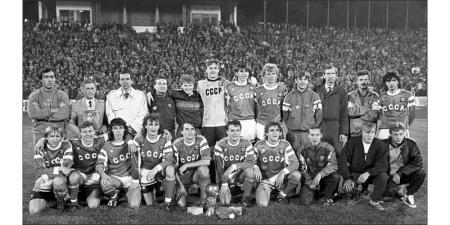 Молодёжная сборная СССР – чемпион Европы-1990. Владимир Радионов – третий слева в верхнем ряду