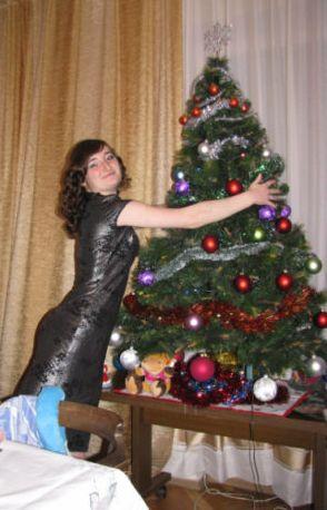 Новый год! Зелёная ёлка с красными шариками. Новый год - символ Локомотива!))